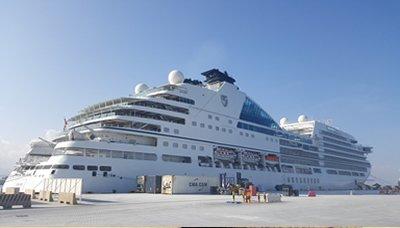 السفينة السياحية (سيبورن انكور) تزور ميناء صلالة العماني