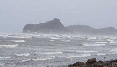 الأرصاد ينبه من ارتفاع الموج واضطراب البحر في السواحل الجنوبية والشرقية