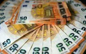 انخفاض اليورو والدولار قرب أعلى مستوى في سبعة اشهر