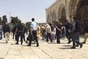 إصابة 4 فلسطينيين واعتقال 5 في اعتداء قوات الاحتلال على المصلين وحراس المسجد الأقصى