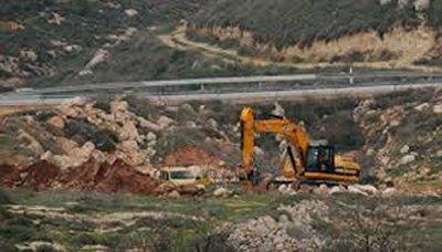 الاحتلال يجرف اراضي الفلسطينيين لشق طريق استيطاني جنوب بيت لحم
