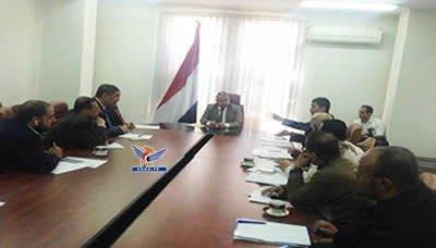 نائب رئيس الوزراء وزير المالية يناقش مع القطاع الخاص ترتيبات إعادة فتح ميناء الحديدة