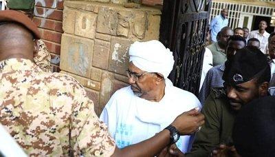 إقتياد الرئيس السوداني المخلوع البشير إلى النيابة وظهوره علناً لأول مره منذ خلعه