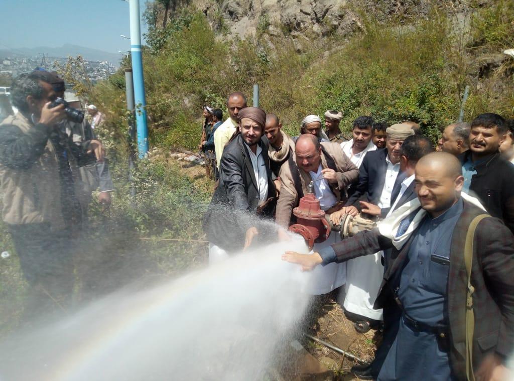 محافظ إب يدشن ضخ مياه الشرب من بئرين تابعين لمؤسسة المياه
